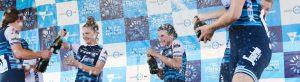 Trekcyklister som firar vinst i cykelrace